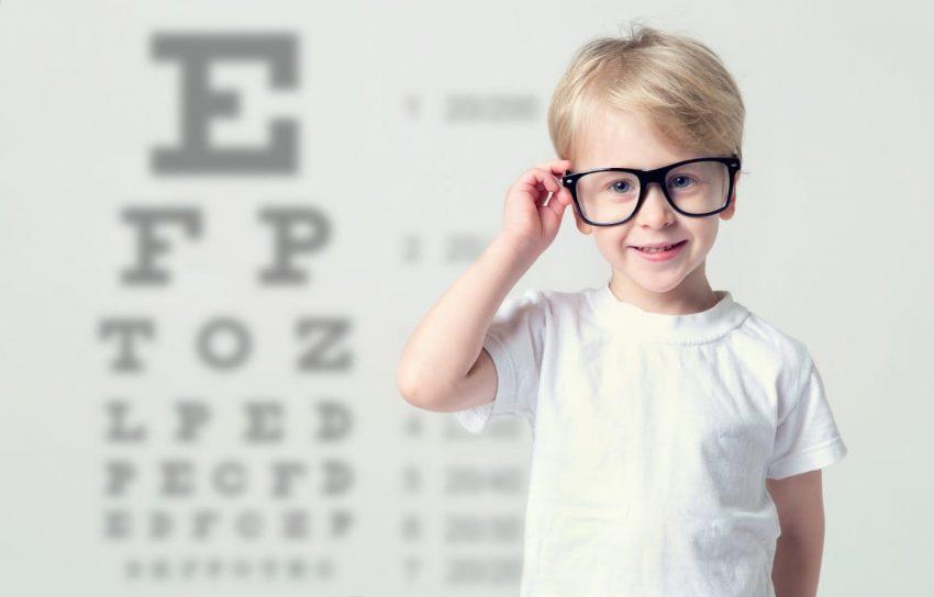 Chłopiec w okularach z powodu wady wzroku