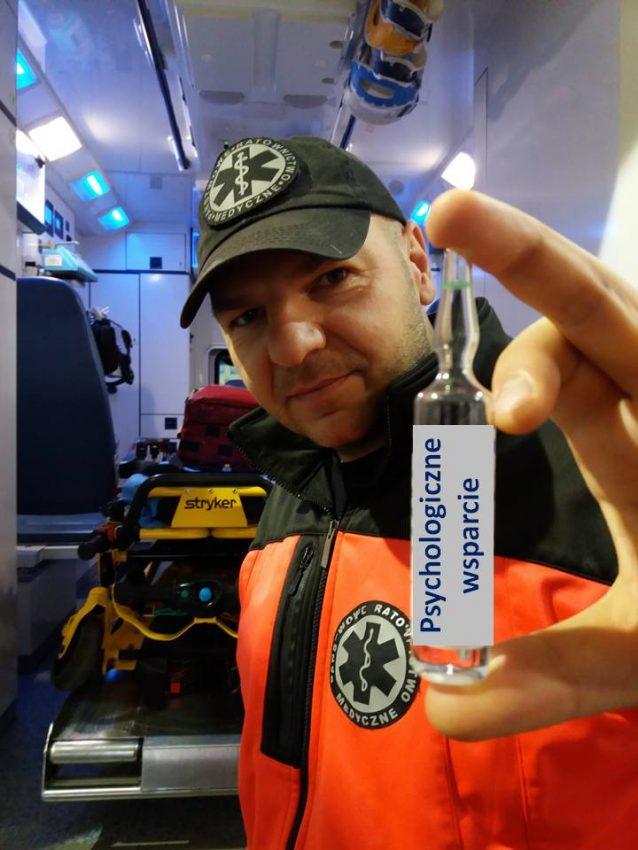 ratownik medyczny trzymający fiolkę z napisem psychologiczne wsparcie