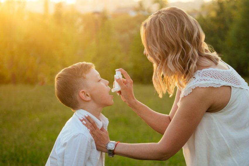 Matka podaje leki synowi choremu na zapalenie krtani