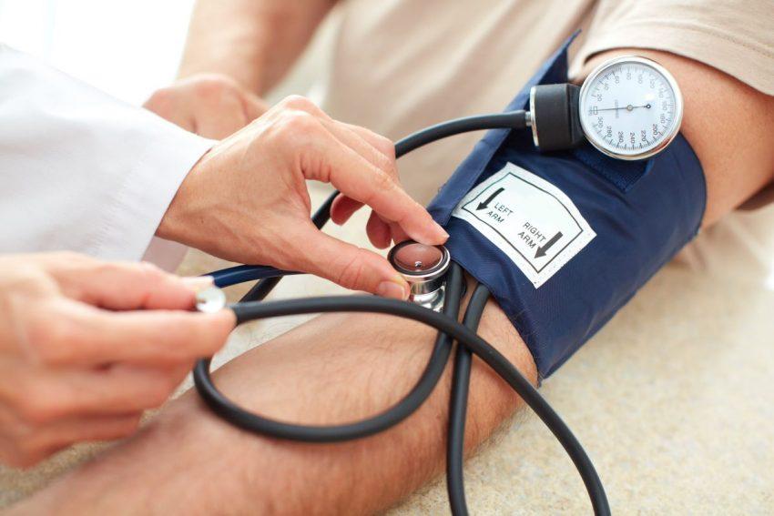 Lekarz sprawdza, czy pacjent ma nadciśnienie