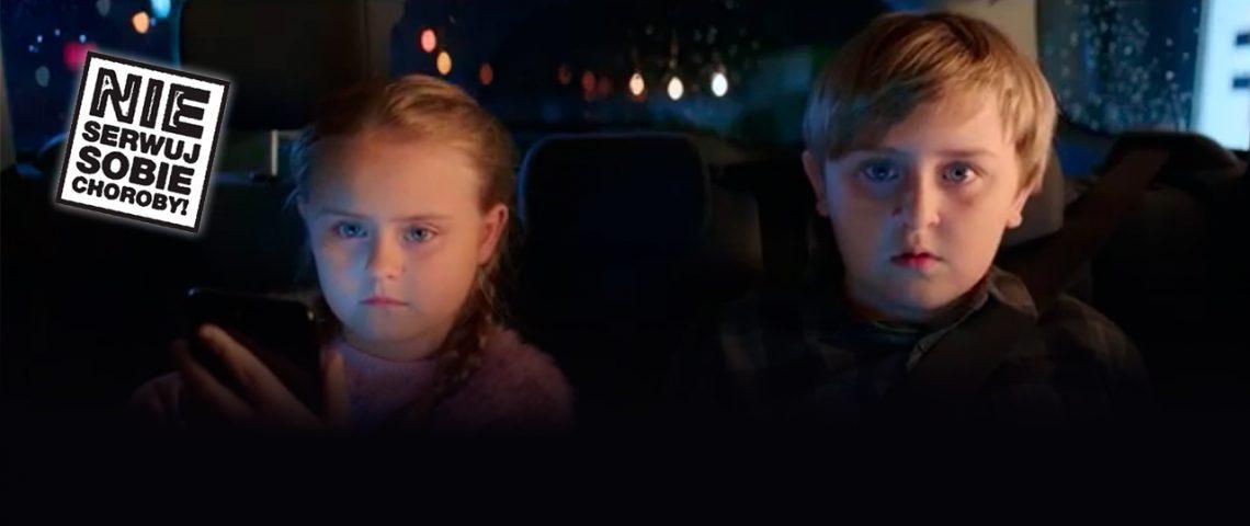 dwójka dzieci siedzi na tylnym siedzeniu samochodu