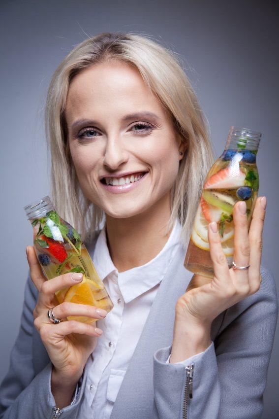 Hanna Stolińska-Fiedorowicz z butelkami soków