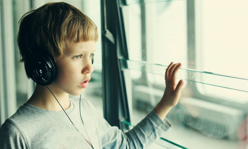 chłopiec z słuchawkami