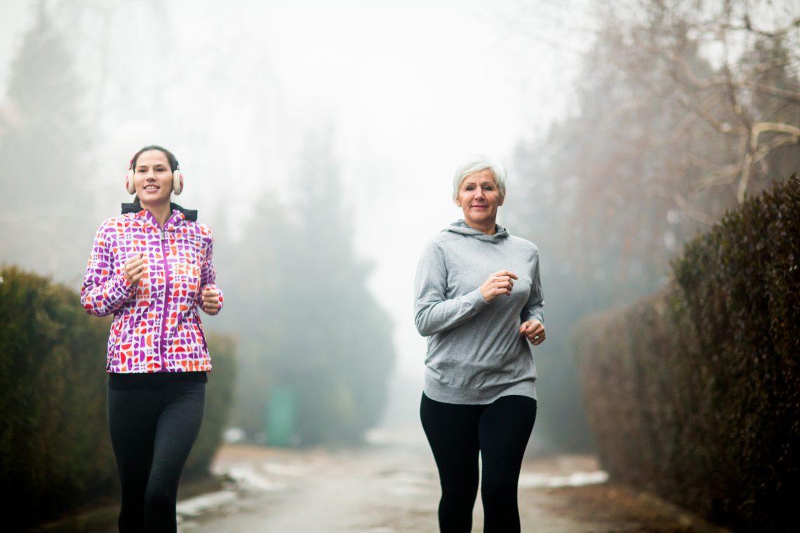 Diwe kobiety biegną przez las