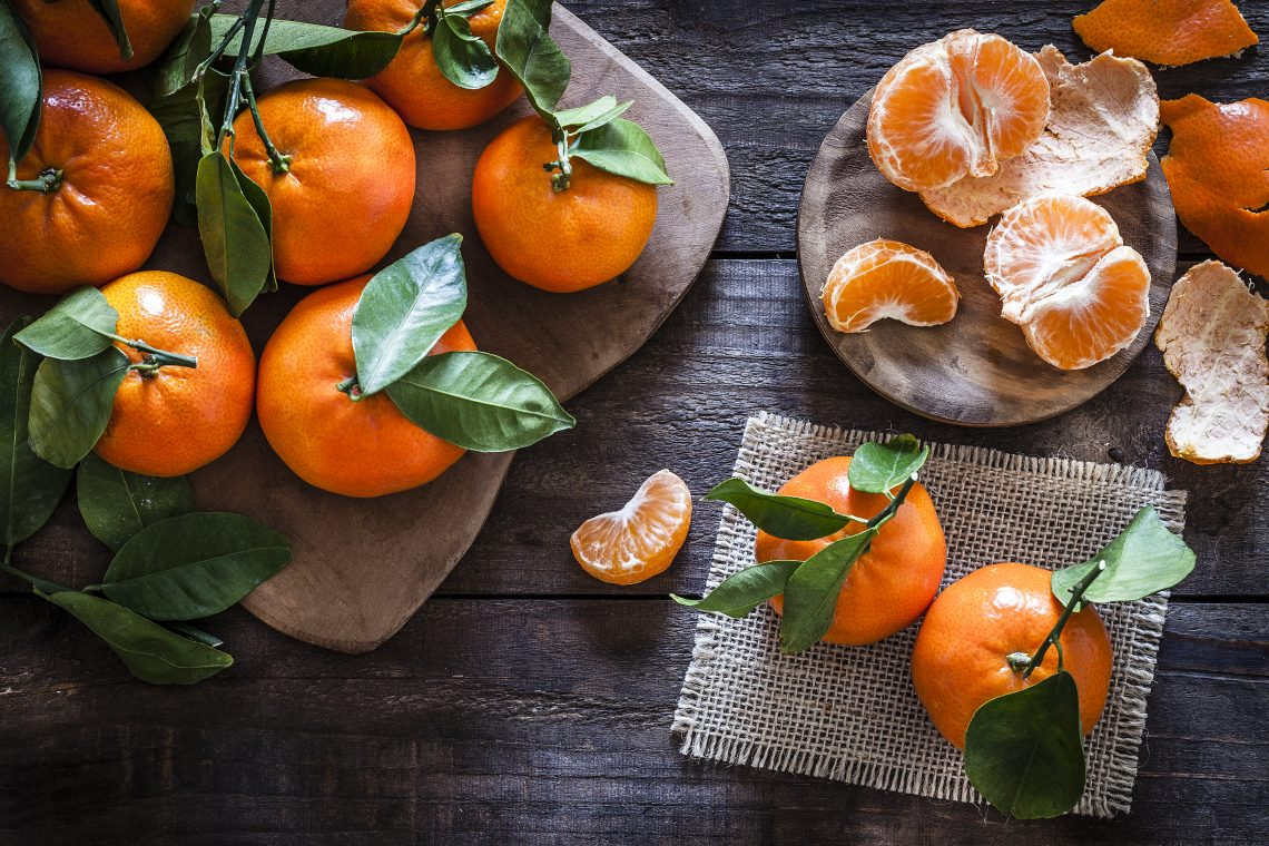 Mandarynki całe i obrane na stole