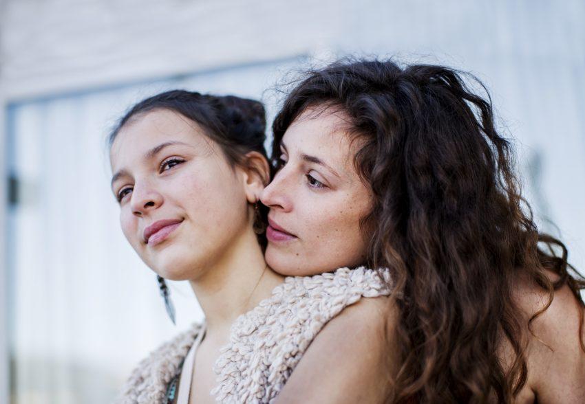 matka przytulająca się do nastoletniej córki