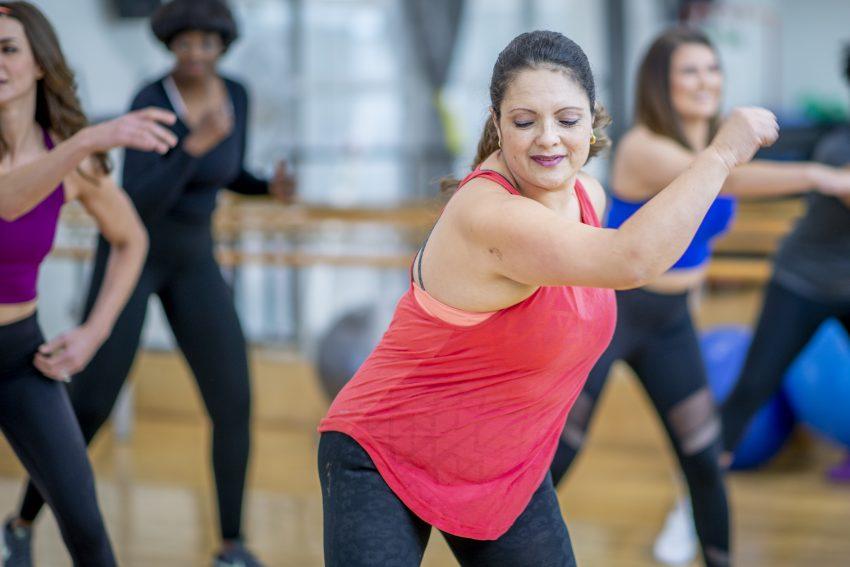 Dziewczyna tańczu podczas zajęć fitness