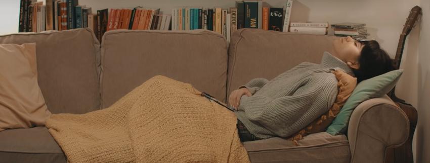 Dziewczyna leżąca na kanapie