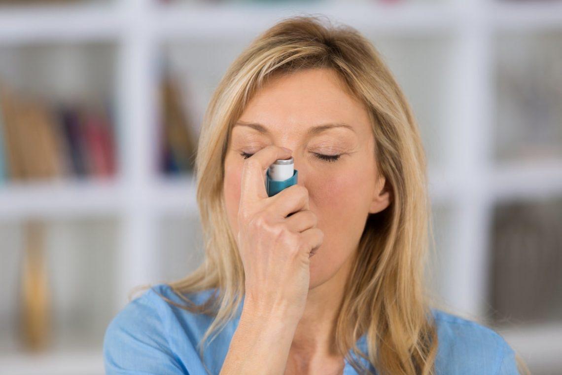 kobieta używająca inhalatora