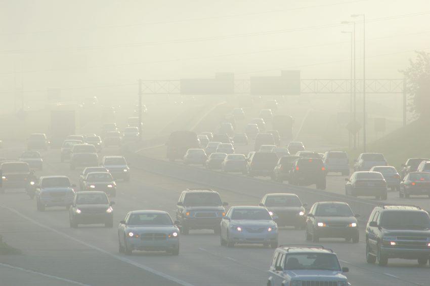 samochody na autostradzie a w powietrzu smog