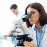 kobieta używająca mikroskopu