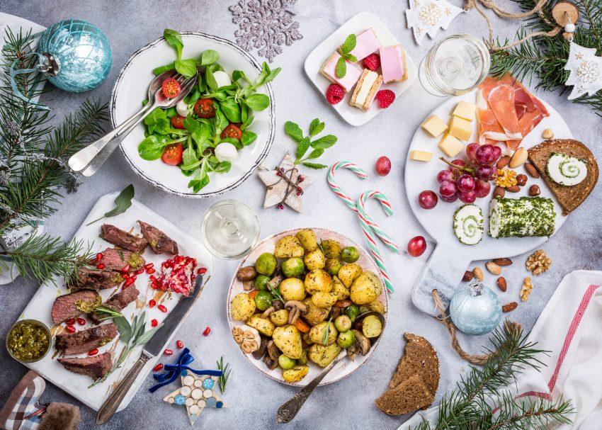 świąteczne potrawy na stole wigilijnym