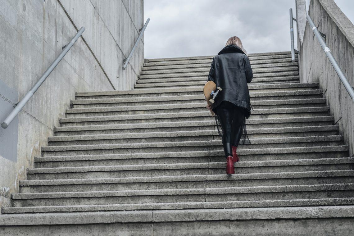 kobieta wchodzi po schodach