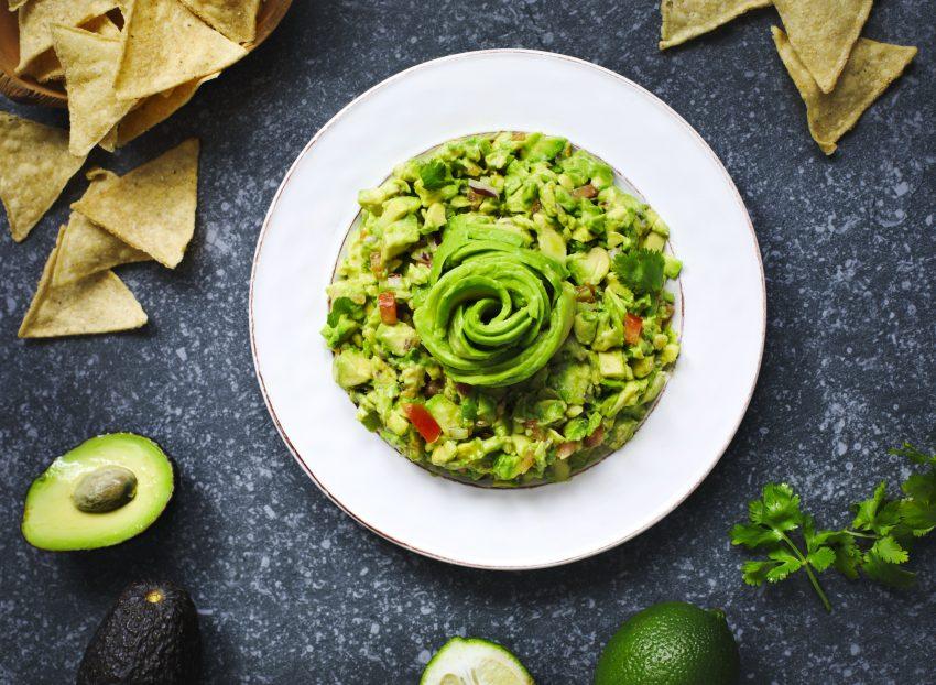 guacamole na białym talerzu