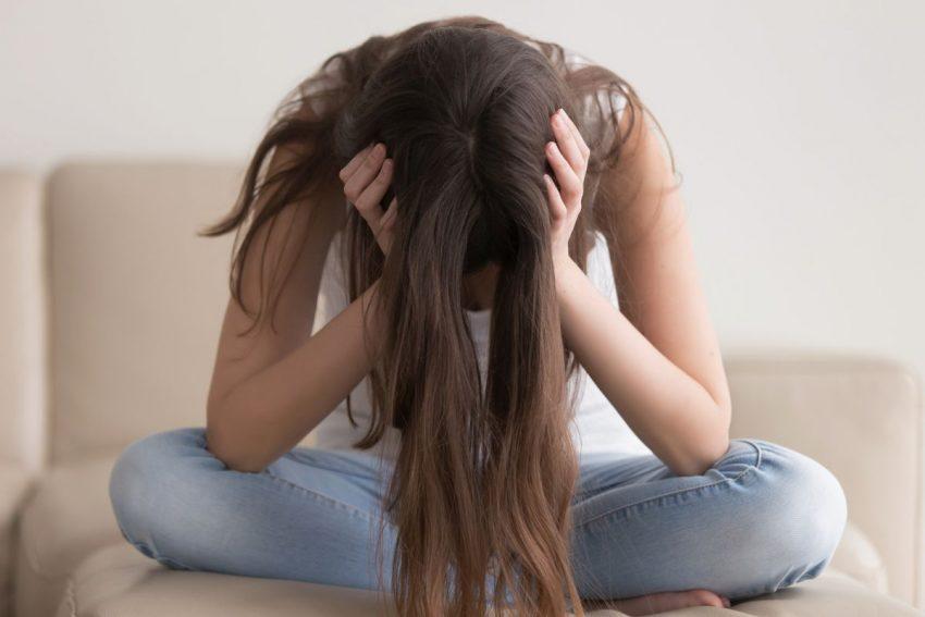 Załamana kobieta z długimi włosami