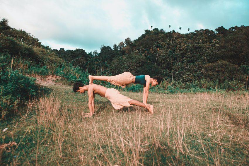 Kobieta i mężczyzna ćwiczą