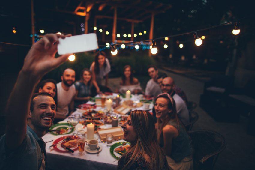 rodzina przy świątecznym stole robią sobie zdjęcie