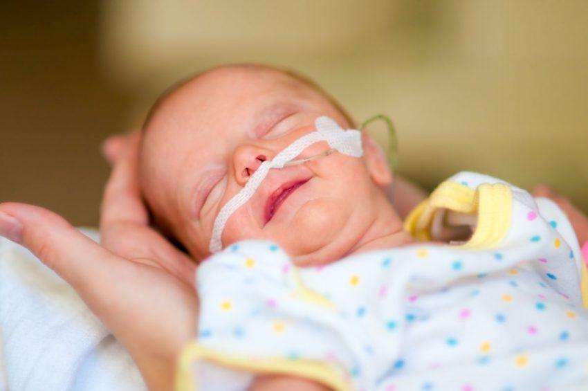 dziecko z rurką w nosie