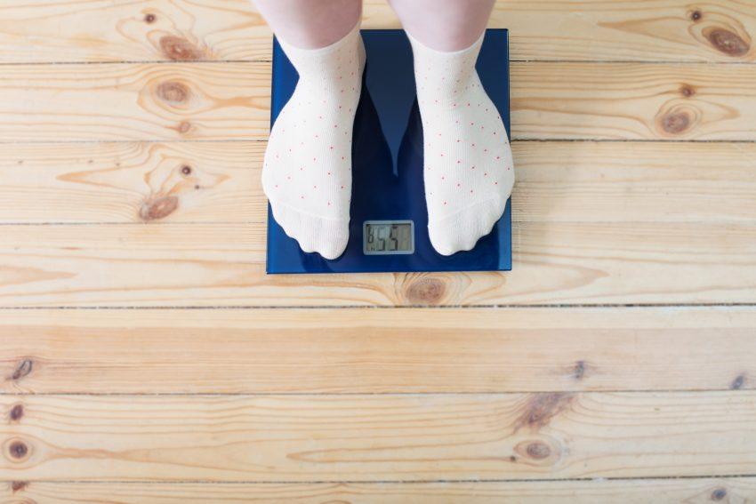 Dziewczyna stoi na wadze