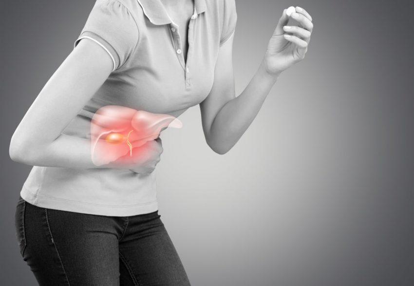 kobieta, która trzyma się za bolący brzuch