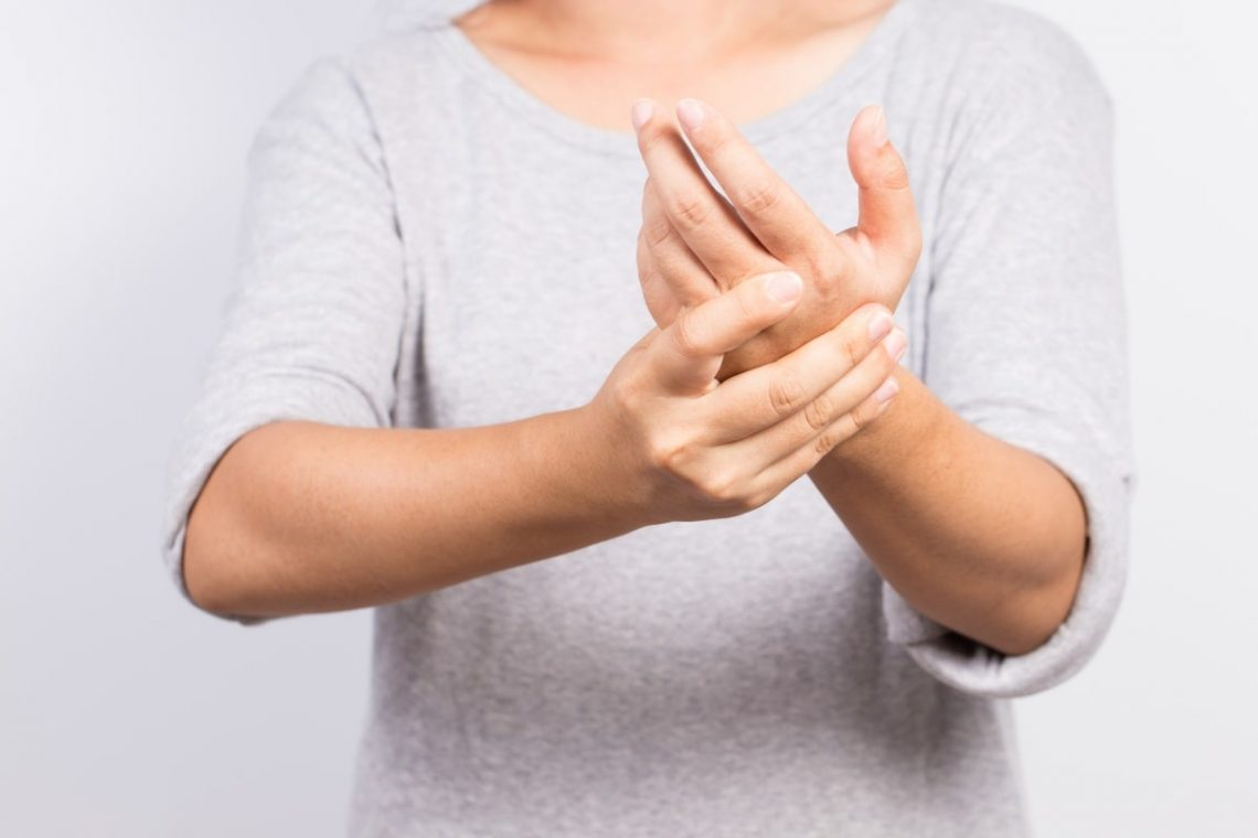 kobieta, którą boli dłoń