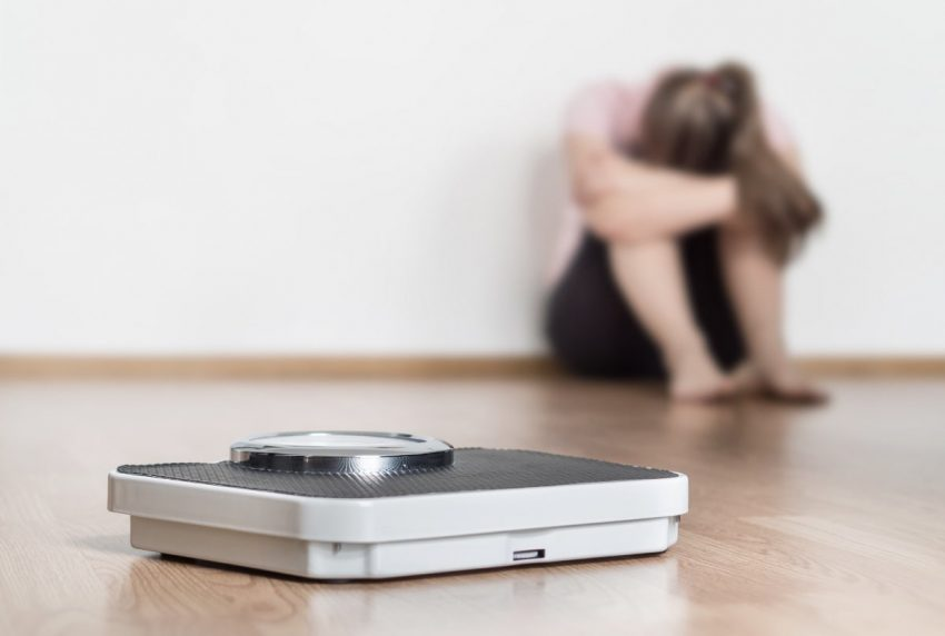 kobieta, załamana nieudanymi próbami zrzucenia wagi