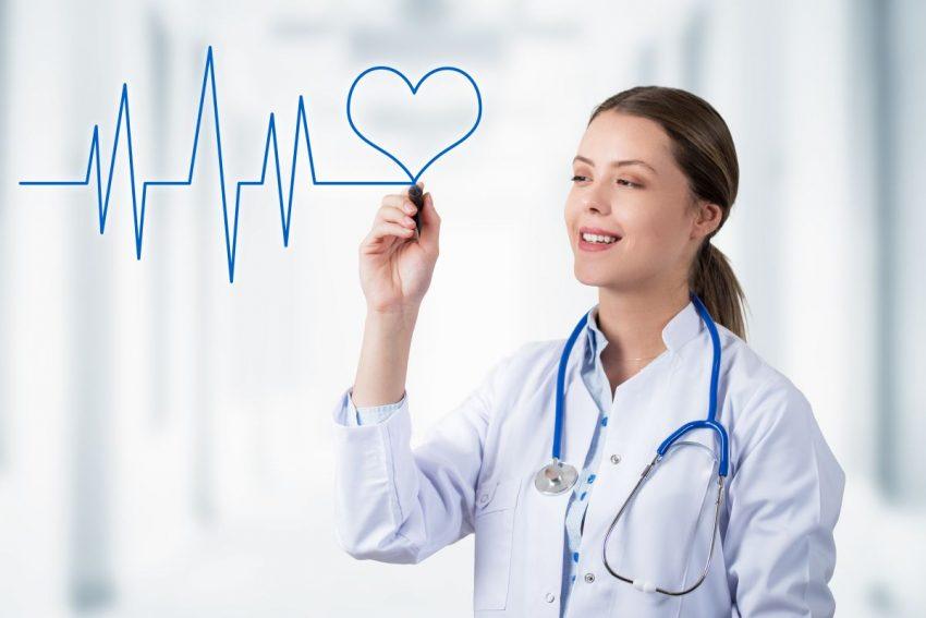 arytmia serca - lekarka rysuje serce i znak bicia serca