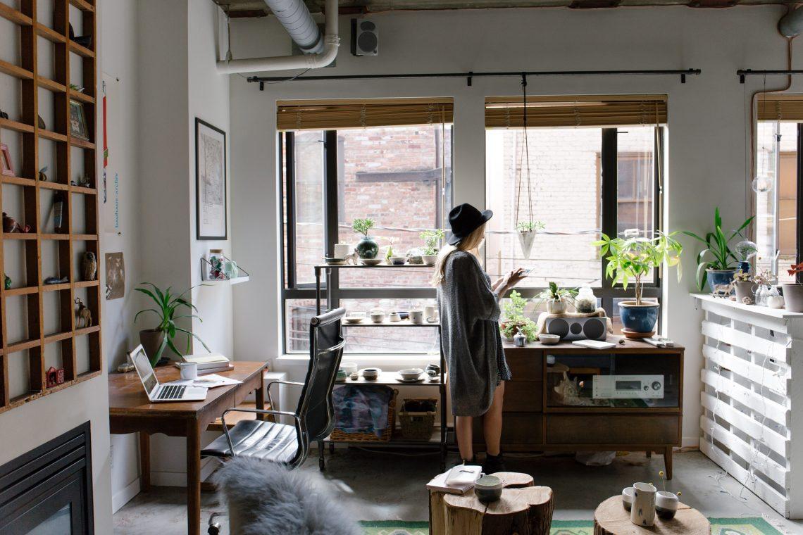 Kobieta w mieszkaniu