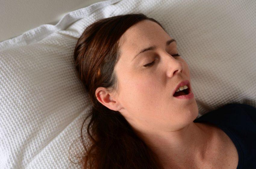 bezdech senny - kobieta śpi z otwartymi ustami