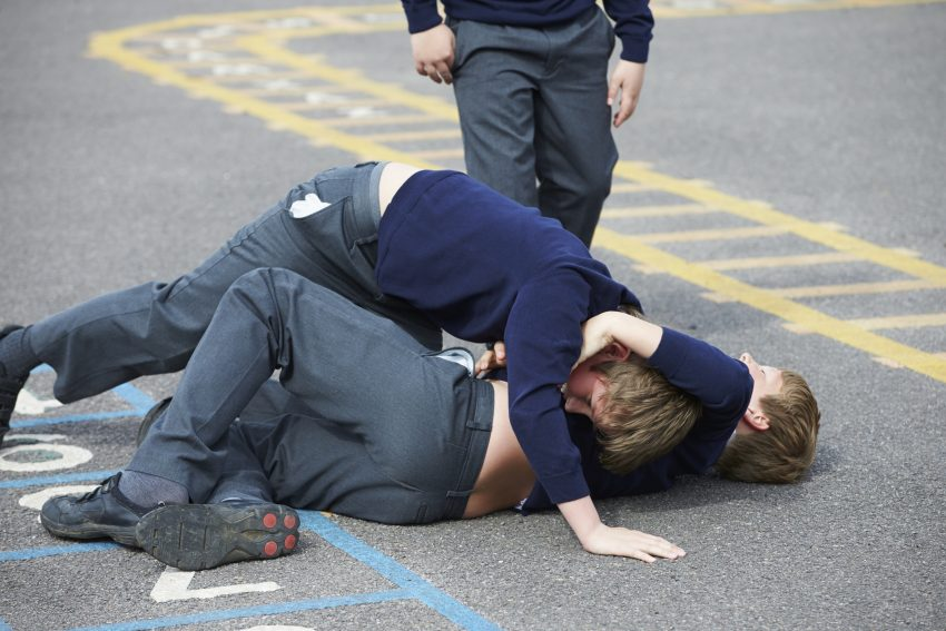 Dwójka bijących się chłopców