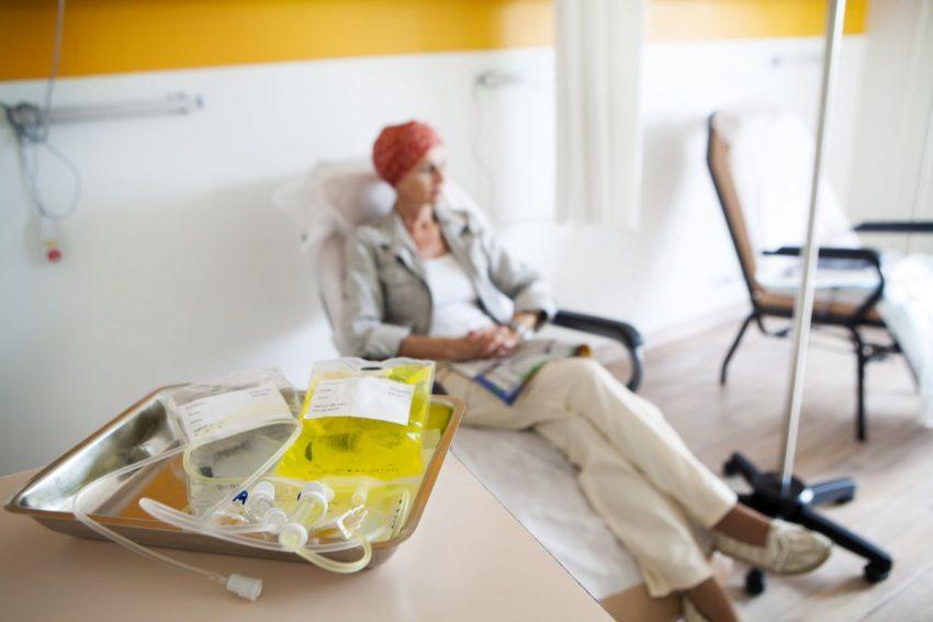 chemioterapia - smutna kobieta z kroplówką