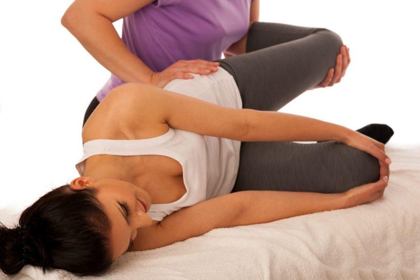 kobieta podczas zabiegu fizjoterapeutycznego