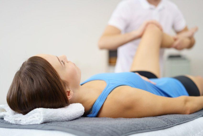 kobieta leżąca w trakcie rehabilitacji
