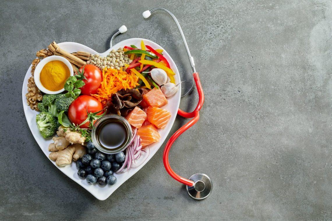 jedzenie na talerzu w kształcie serca