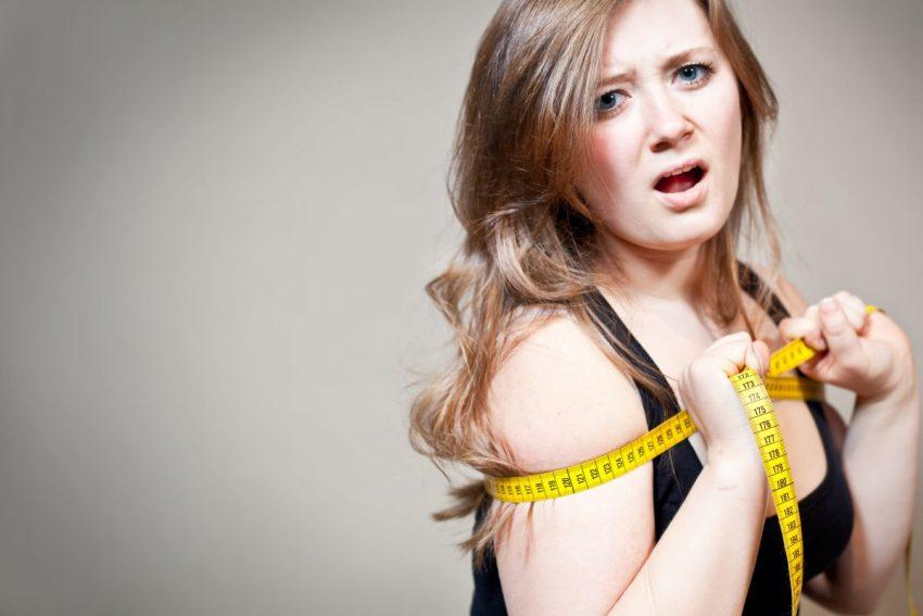 efekt jojo - niezadowolona kobieta z centymetrem