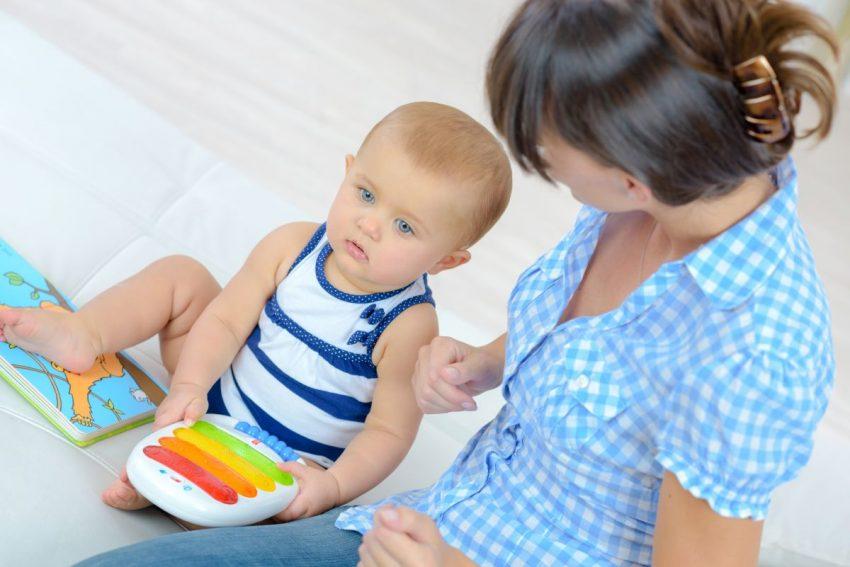 fenyloketonuria - kobieta bawi się z małym dzieckiem