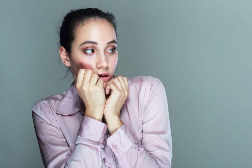 Kobieta cierpiąca na fobię społeczną
