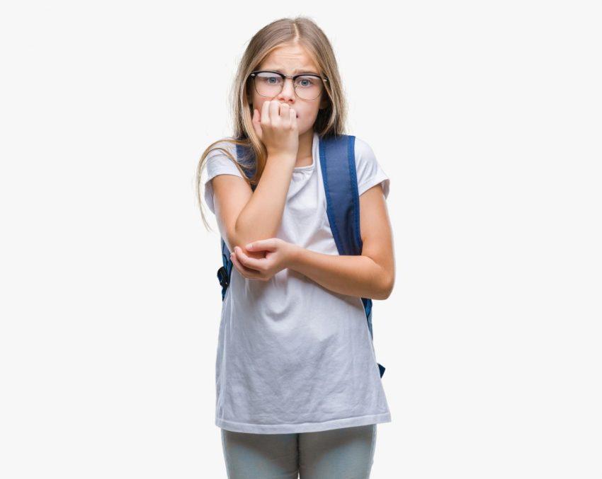 Dziewczynka z plecakiem cierpiąca na fobię szkolną