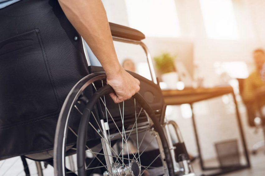 grupy inwalidzkie - człowiek na wózku inwalidzkim