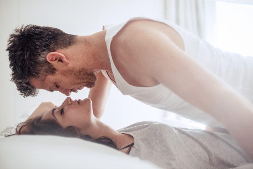 para uprawia seks w łóżku