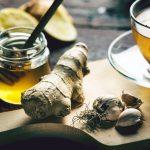 Przygotowywanie herbaty na przeziębienie z imbirem, miodem, czosnkiem, cytryną