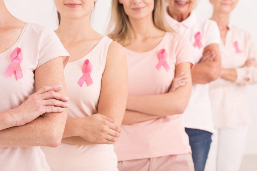 kobiety z różową wstążką