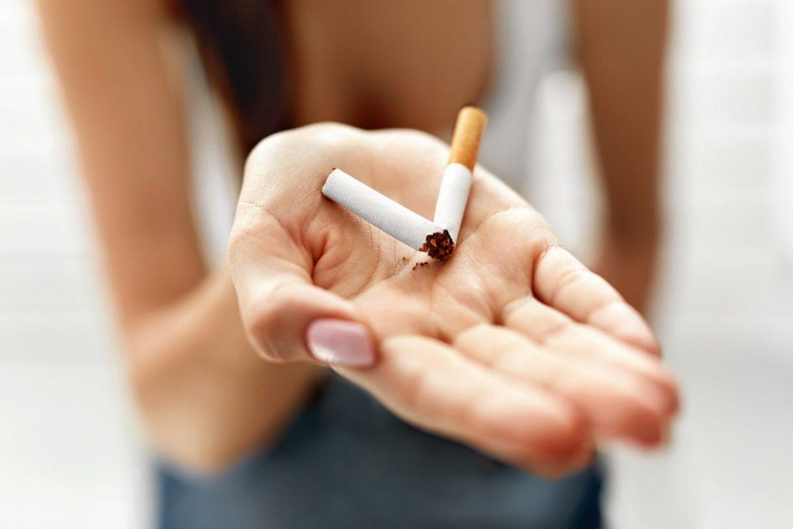 złamany papieros na dłoni