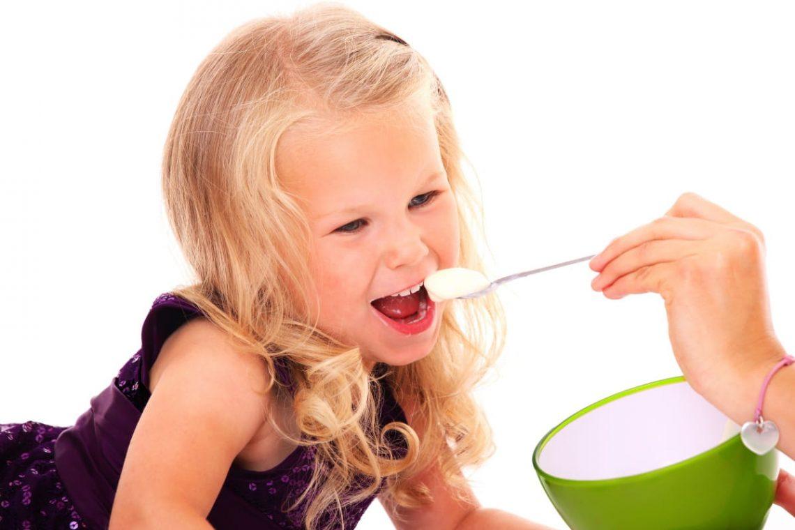 dziewczynka jedząca posiłek