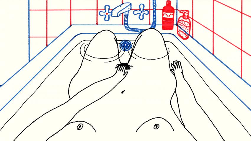 naga kobieta leży w wannie i dotyka waginy