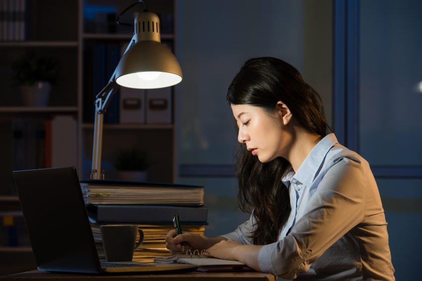 Kobieta pracuje przed lamptopem