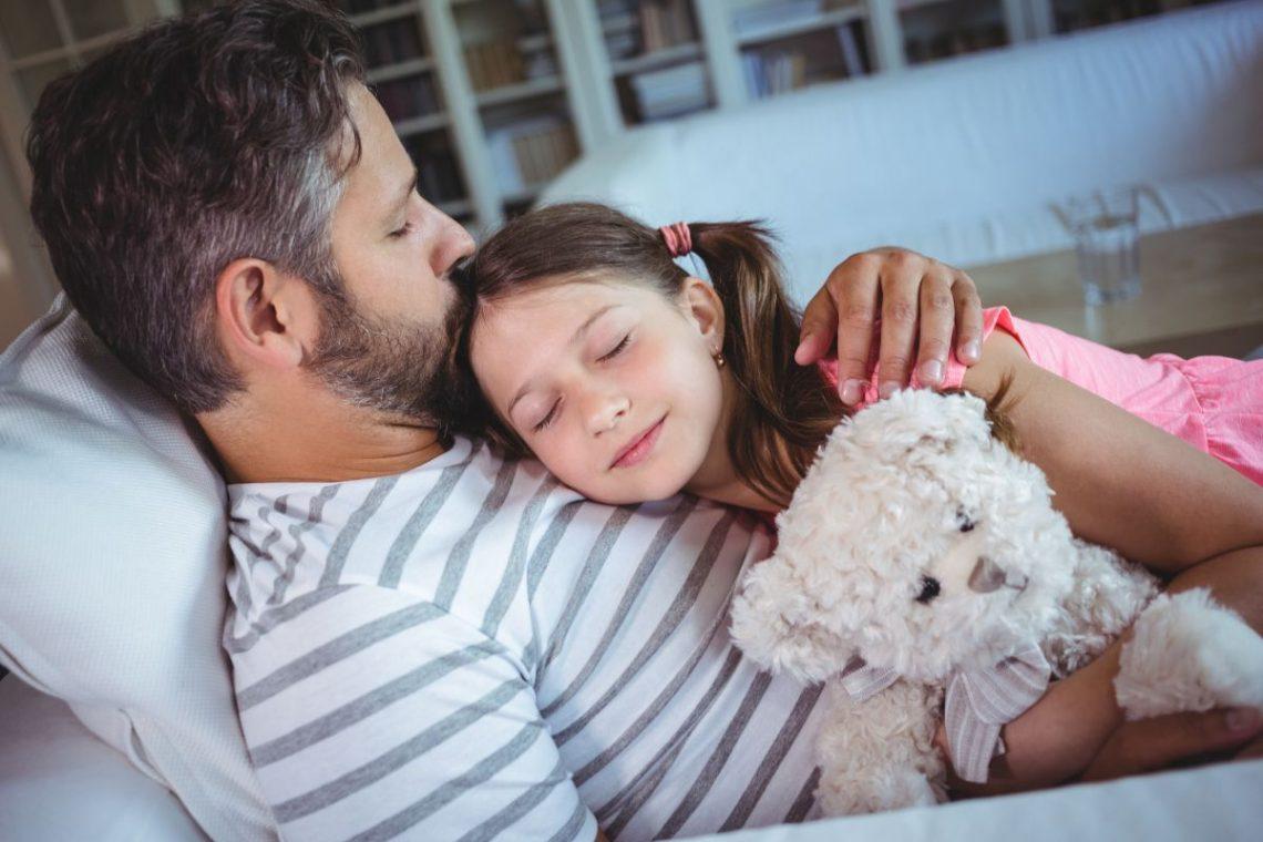 kompleks elektry - ojciec przytulający córkę