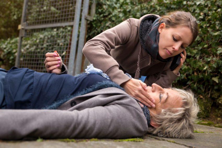 Starsza kobieta uległa wypadkowi, młodsza udziela jej pierwszej pomocy i wzywa pogotowie