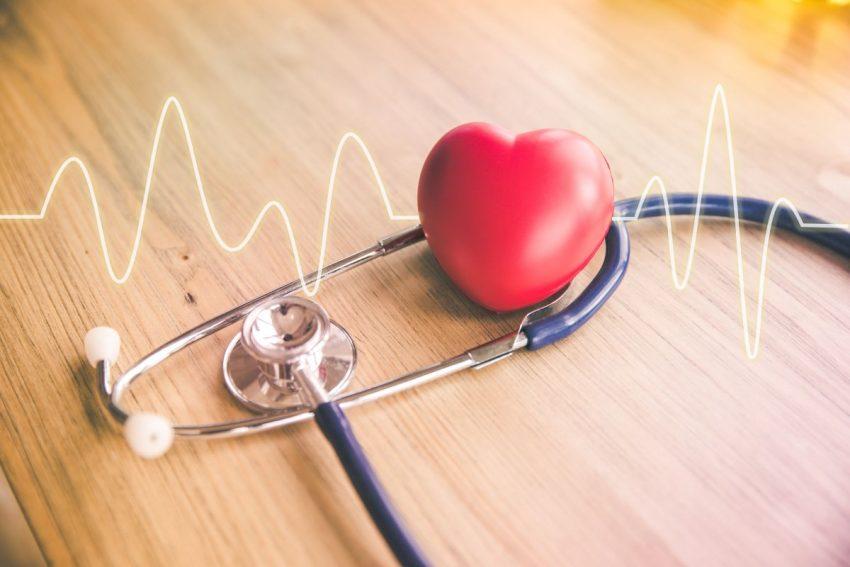 koronarografia serca - czerwone serce i stetoskop