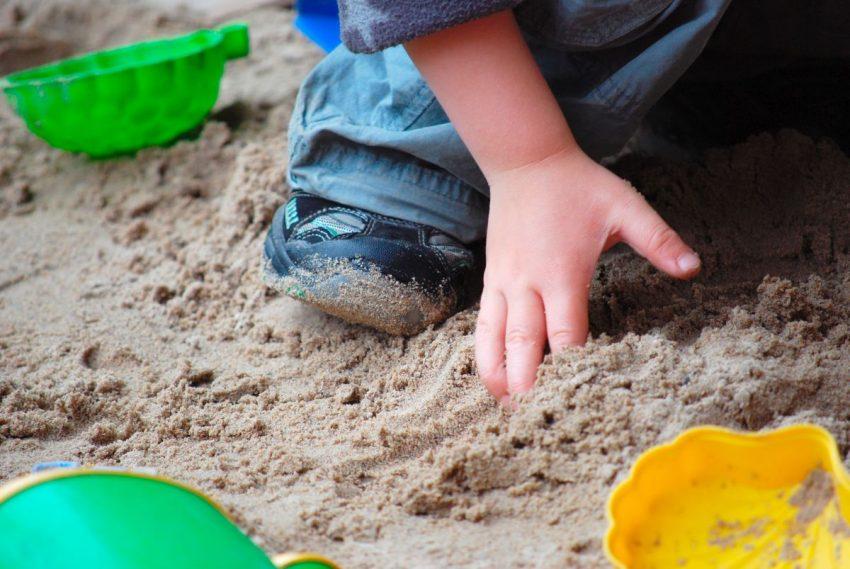 lamblioza - dziecko w piaskownicy